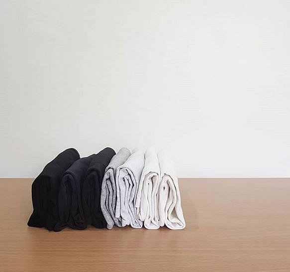 Takto vypadá složené prádlo podle metody KonMari. Neskládá se na sebe, ale vedle sebe.