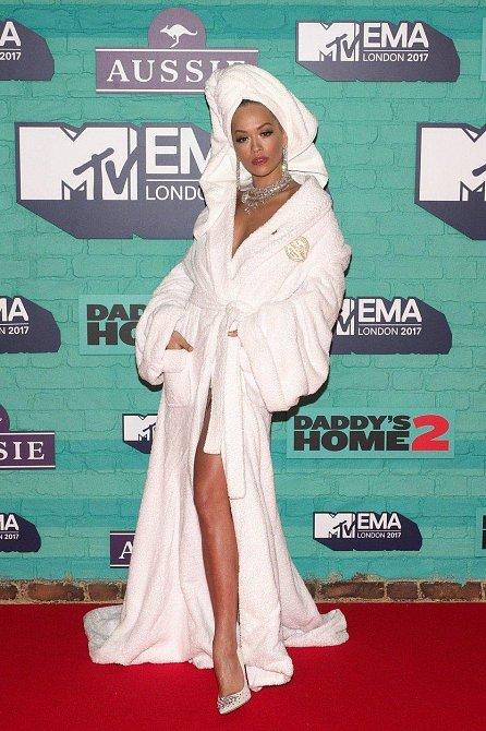 Rita Ora měla na sobě župan, turban z ručníku, ale naštěstí neobula koupací pantofle a přece jen se dozdobila šperky a make-upem.