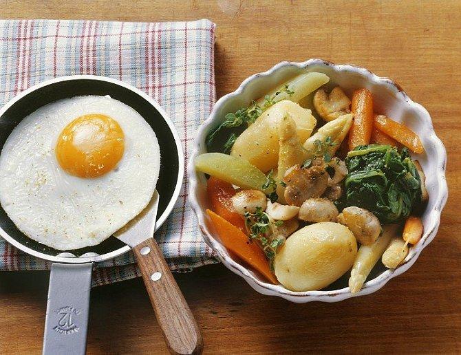 Vajíčko a zeleninový salát s bramborami.