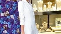 Zuzana Stráská ve svém bílém sáčku střihem suplujícím šaty doslova zářila!