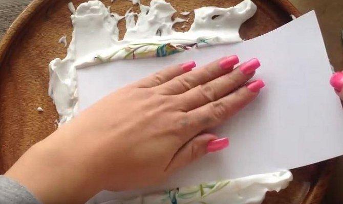 Zkuste třeba vytvořit originální papír například na přáníčka. Čtvrtku do pěnu pořádně otiskněte.