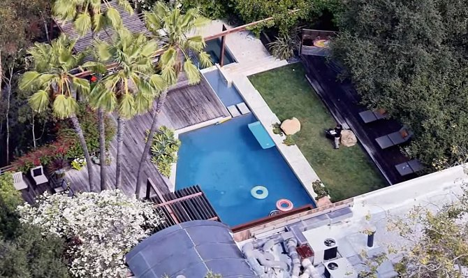Celý dům Demi Moore je velmi rozlehlý a nachází se v Los Angeles v Beverly Hills.