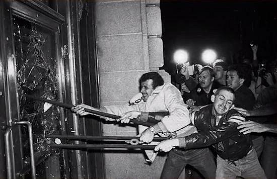 Milk Harvey - první politik, který se otevřeně přihlásil ke své homosexualitě a také se zasadil o prává pro homosexuály. Byl zavražděn taktéž politikem Danem Whitem. Běsnění davu vyvolala výše trestu pro Whita, za vraždu dostal po...