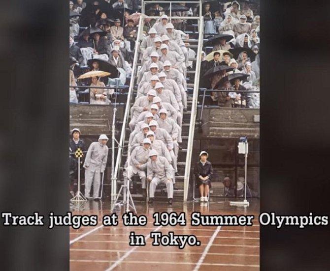 Rozhodčí u cíle na letních olympijských hrách v Tokiu v roce 1964.