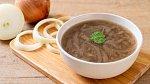 Cibulová polévka je dietní a zdravá.