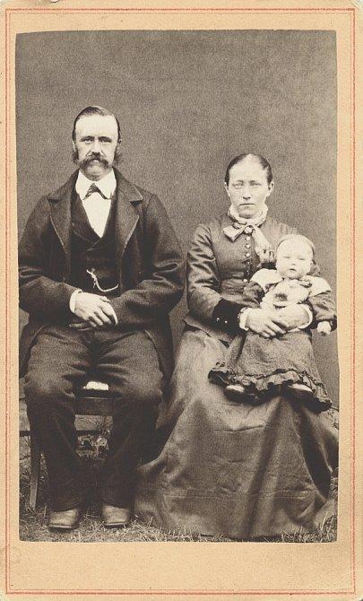 Otužování od narození: Matkám bylo vnucováno, že jen otužilé dítě, je zdravé dítě. Miminkům se měly oblékat jen lehké košilky a nožičky ponechat holé.