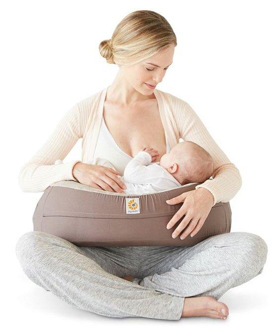 Polštář na kojení má mnoho způsobů využití - spánek, správná poloha při krmení, podpora při vstávání.