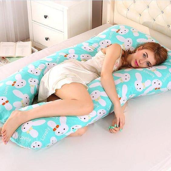 Polštář na kojení využijete během spánku, kdy si s ním podepřete břicho v poloze na boku.