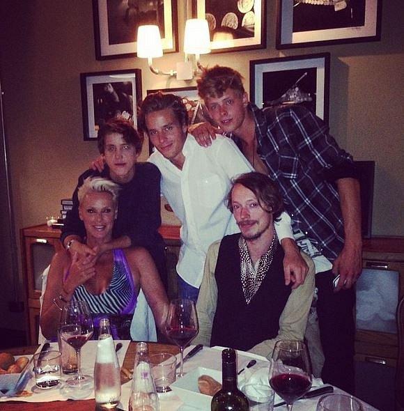 Brigitte se svými čtyřmi syny.