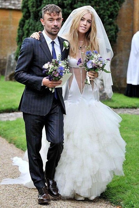 Lady Mary Charteris byla na svatbě s Robbie Furzem v září 2012 oblečená tak napůl.