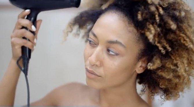 Pravidelné vysoušení horkým vzduchem nedělá vlasům dobře. Nechte je co nejdéle schnout volně a až na závěr je upravte horkem, jak potřebujete.