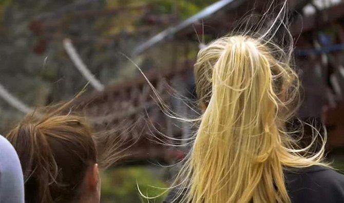Časté mytí může vlasy oslabit a ty jsou pak náchylnější k třepení, protože z nich odchází jejich přirozená vlhkost. Myjte si vlasy méně často, budou zdravější a díky přirozené mastnotě se budou i lépe upravovat.