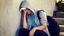 Projevují se u něj výkyvy nálad, od přehnané euforie až po úzkostné stavy až deprese.
