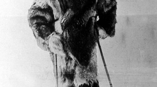 <p>Roald Amundsen pózuje na lyžích cestou na jižní pól</p>