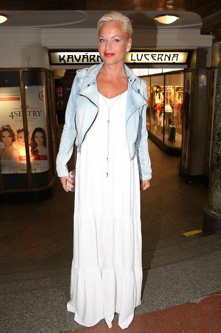 Martina se nedávno vrátila z dovolené a stále ještě si udržuje krásné opálení. To skvěle vynikne právě v bílých šatech, které zpěvačka doplnila supr trendy bundičkou do pasu.