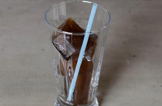 Pak už stačí jen pár kostkami naplnit sklenici...