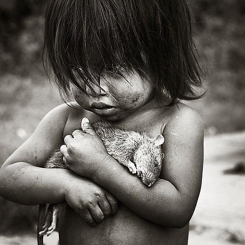 Dívenka z indiánského kmene Guaraní se svým mrtvým krysím kamarádem.