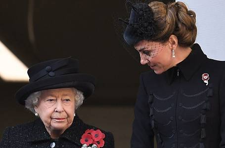 Královna Alžběta II. a Kate Middleton