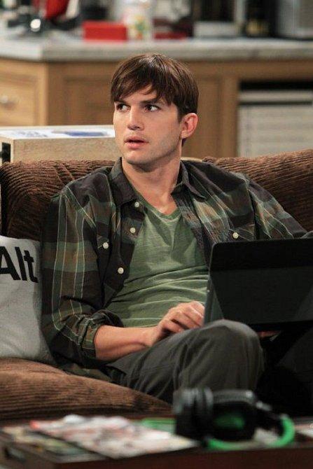 Ashon Kutcher se pokusil vzkřísit seriál Dva a půl chlapa.
