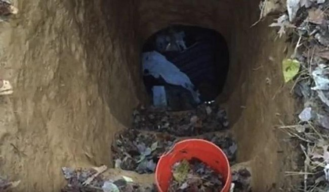 Strážníci totiž zjistili, že si v parku upravuje schody ke svému podzemnímu obydlí. To se skládalo ze dvou místností, které byly velmi důmyslně vybudované.