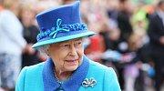 Prohlédněte si, co 63 let nosila královna Alžběta II.