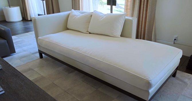 Sofa v obýváku je ušité z nejlepších tkanin.