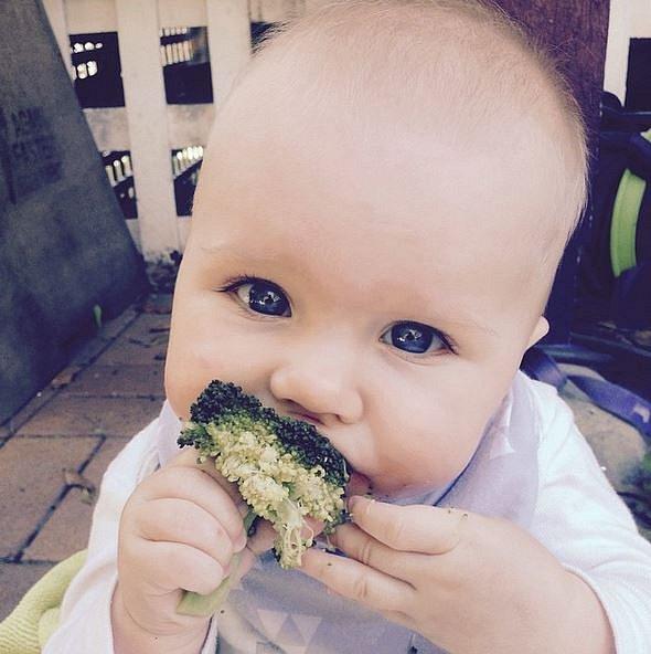 Grace - první sousta brokolice.