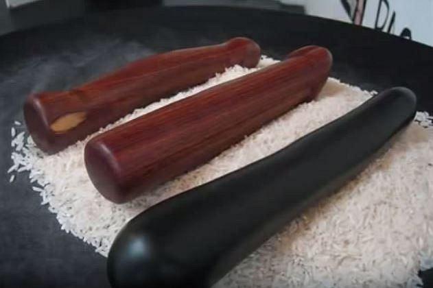 Historická dilda se vyráběla z exotického dřeva a kamene. Tato byla vytvořena kolem roku 1400.