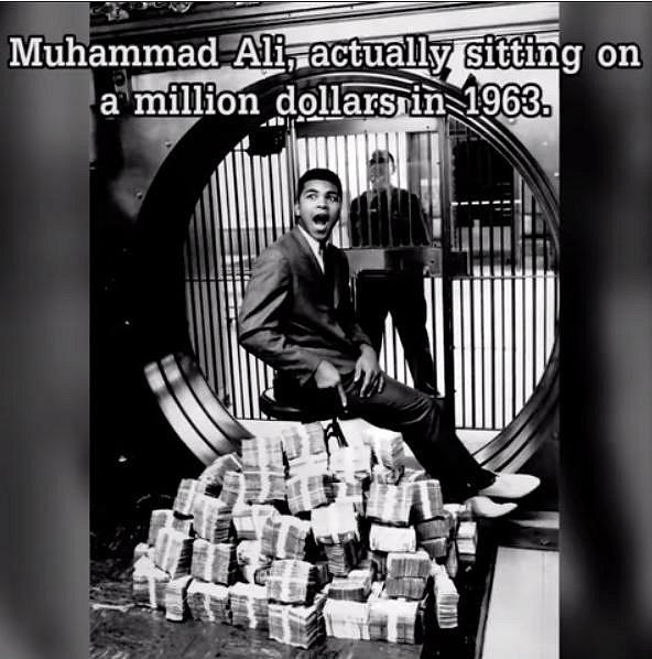 """Boxer Muhammad Ali takto v roce 1963 pózoval na milionu dolarů. V tomto roce třeba vyhrál i nad Dougem Jonesem. Později byl zápas nazván """"Zápasem roku pro rok 1963""""."""