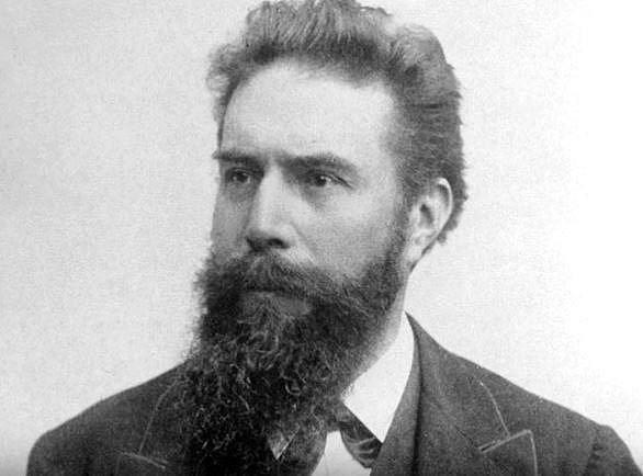 Německý vědec Wilhelm Conrad Röntgen experimentoval s katodovými trubicemi a náhodou zjistil, že záření, které vydávají, projde nejen černou krabicí, ale také lidskou kůží. Neznámé paprsky nazval písmenem X.