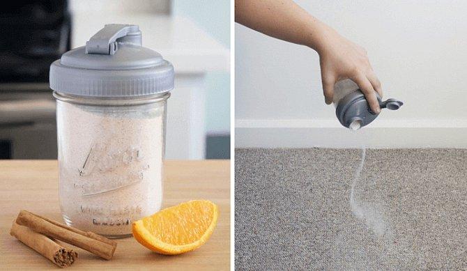 Vytvořte práškový deodorant na koberec z půlky hrnečku boraxu, půl hrnku jedlé sody, přidejte pomerančovou kůru a skořici. Posypte koberec a standardně vyluxujte.