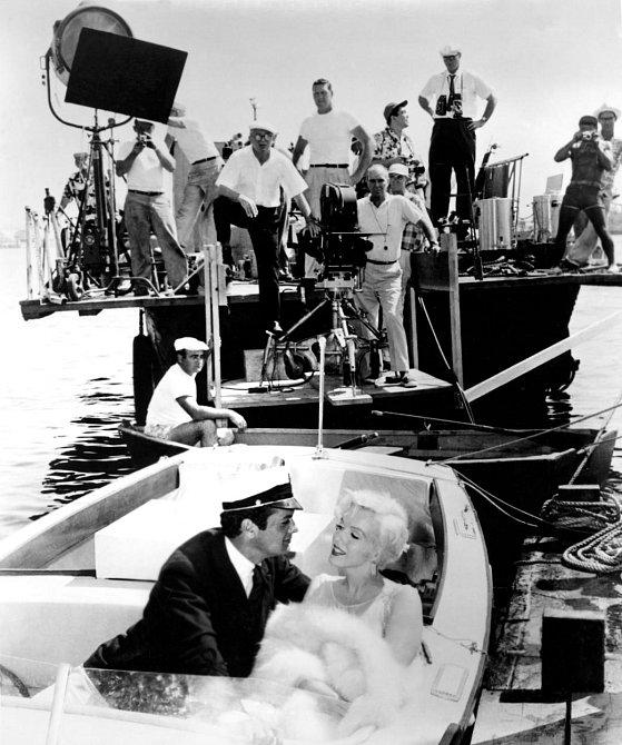 """16. Marilyn si při natáčení špatně pamatovala své repliky. Scéna, při níž říká """"It's me, Sugar,"""" (to jsem já, Sugar) ve filmu """"Někdo to rád horké"""", musela prý být hned šedesátkrát opakována, než ji řekla správně."""