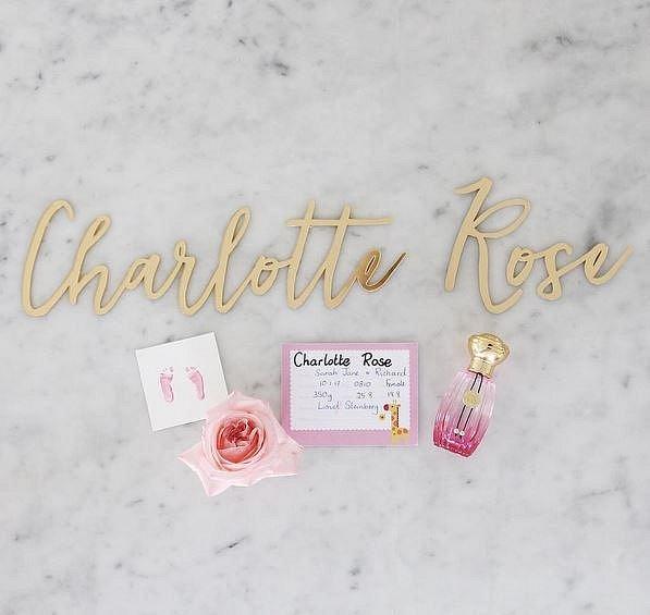 Rodiče stihli vytvořit i otisky nožiček Charlotte Rose na památku.