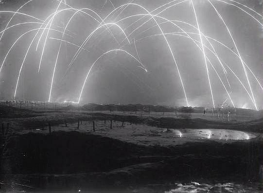 Zákopová válka - to, co připomíná ohňostroj, bohužel nemá se zábavou nic společného. Jde o snímek oblohy ozářené během zákopové války. Během druhé světové války zemřelo přes 9 miliónů lidí.