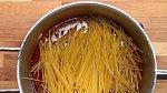 Do masové směsi přidejte špagety, které jste si předtím přelomili na polovinu, a vše zalijte 3 hrnky vody. Dejte na 15 minut vařit, aby se špagety udělaly a omáčka se zredukovala.