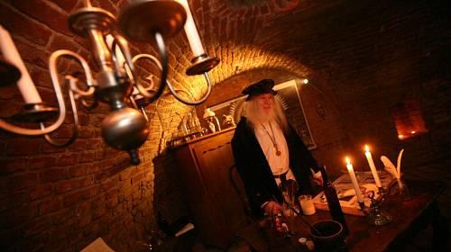<p>Atmosféru dávných staletí dokreslují zapálené svíčky a historické předměty</p>