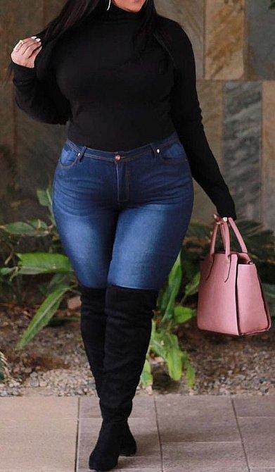 Tričko vždy noste do džínů, zvláště, pokud si berete kozačky. Pokud nemají podpatky, také bohužel opticky zkracují postavu.