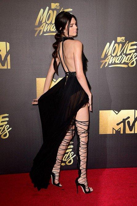 Do těchto extravagantních bot jí museli šněrovat dva lidé
