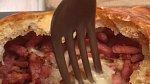 Camembert v listovém těstě s brambory - Co budete potřebovat: sýr Camembert, listové těsto, paličku česneku, olivový olej, slanina, žloutek, 5 brambor, provensálské bylinky, sůl a pepř
