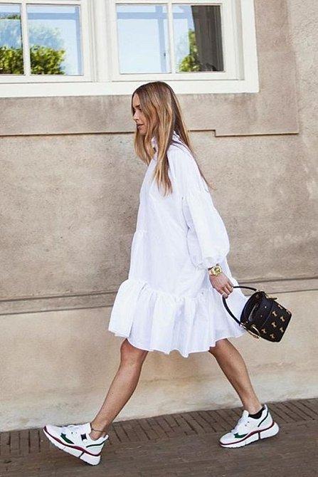 Bílé tenisky se hodí ke všemu.