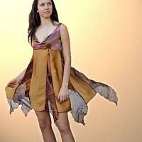 Zlaté hedvábné šaty