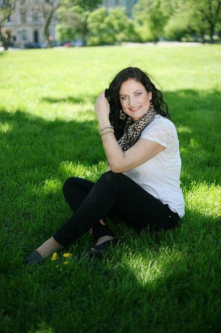 Fotka s Markétou v trávě je v redakci naším favoritem
