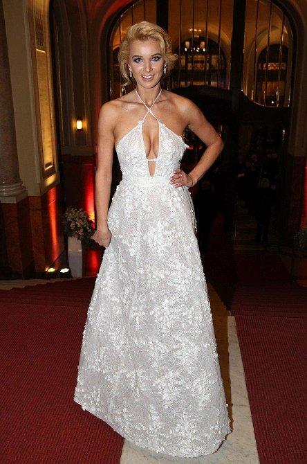 Český ples: Eva Franková také oblékla bílou róbu s perfektním střihem.