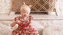 Jeremy a Elsie Larson si adoptovali čínskou holčičku trpící albinismem. Být jiná dnes už není hendikep.