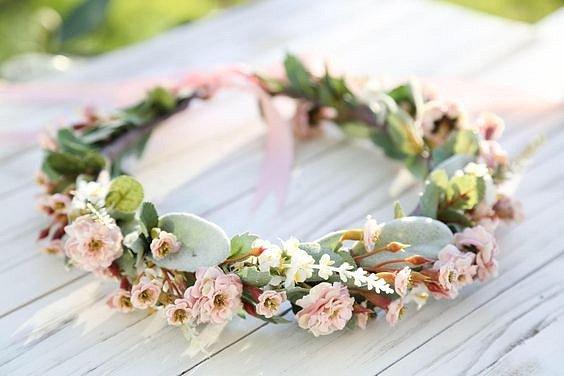 Květinové čelenky jsou čím dál oblíbenější. Na svatbu, letní slavnosti nebo jen tak na romantickou procházku nebo večeři.