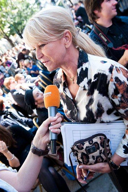 Hlavní organizátorka akce Milada Karasová před televizní kamerou