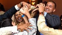 7. V Indii svatebčané kradou boty novomanželům. A tak po celou dobu obřadu číhají příbuzní nevěsty na přibuzné ženicha a zase obráceně a navzájem se hlídají.