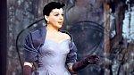 Judy Garland v roce 1954, podobné šaty zvolila Lady Gaga o 65 let později.