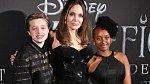 Angelina Jolie se svými dcerami Shiloh a Zaharou
