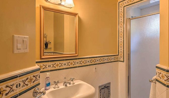Přímo u pracovny je malá koupelna, která slouží spíše pro krátké osvěžení během zkoušení role.